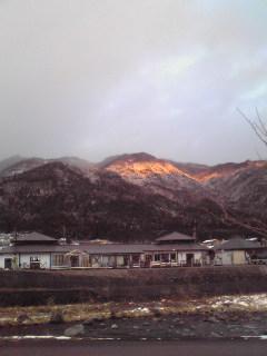 夕日が雪山を照らす